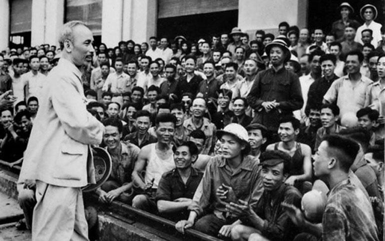Chủ tịch Hồ Chí Minh thăm công nhân, người lao động tại một nhà máy. Ảnh: TƯ LIỆU