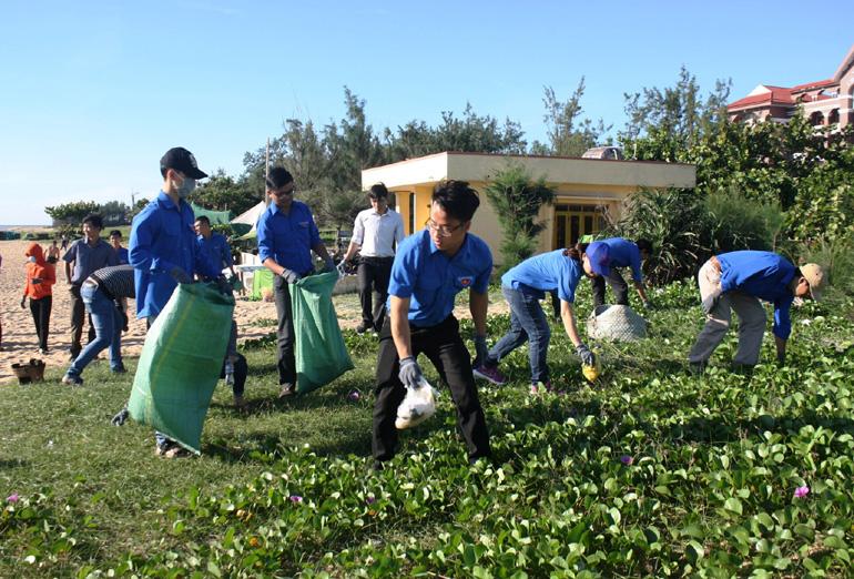 Đoàn viên thanh niên tham gia thu gom rác thải ở bãi biển Tuy Hòa. Ảnh: MINH DUYÊN