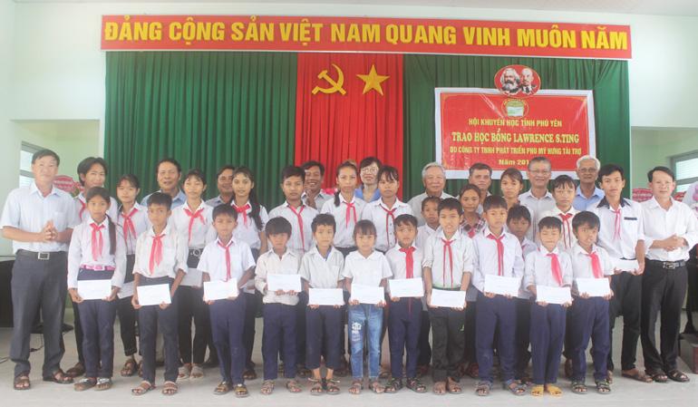 Học sinh đồng bào dân tộc thiểu số xã Phú Mỡ, huyện Đồng Xuân nhận học bổng Lawrence S-Ting. Ảnh: KIM LIÊN
