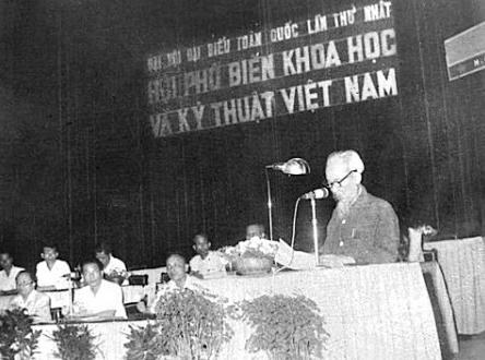 Chủ tịch Hồ Chí Minh đọc bài phát biểu tại Đại hội Đại biểu toàn quốc lần thứ nhất Hội Phổ biến khoa học và kỹ thuật Việt Nam.