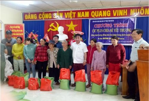 Liên hiệp Hội Phú Yên và nhà tài trợ Huỳnh Quốc Doanh – Tp. Hồ Chí Minh trao tặng quà cho hộ nghèo xã Đức Bình Đông.