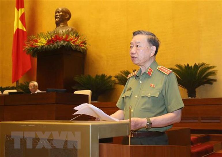 Bộ trưởng Bộ Công an Tô Lâm trình bày tờ trình về dự án Luật Cư trú (sửa đổi). - Ảnh: TTXVN