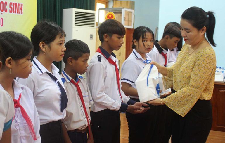 Hội Khuyến học tỉnh phối hợp với Phòng GD-ĐT huyện Sơn Hòa trao học bổng cho học sinh nghèo. Ảnh: TRUNG HIẾU