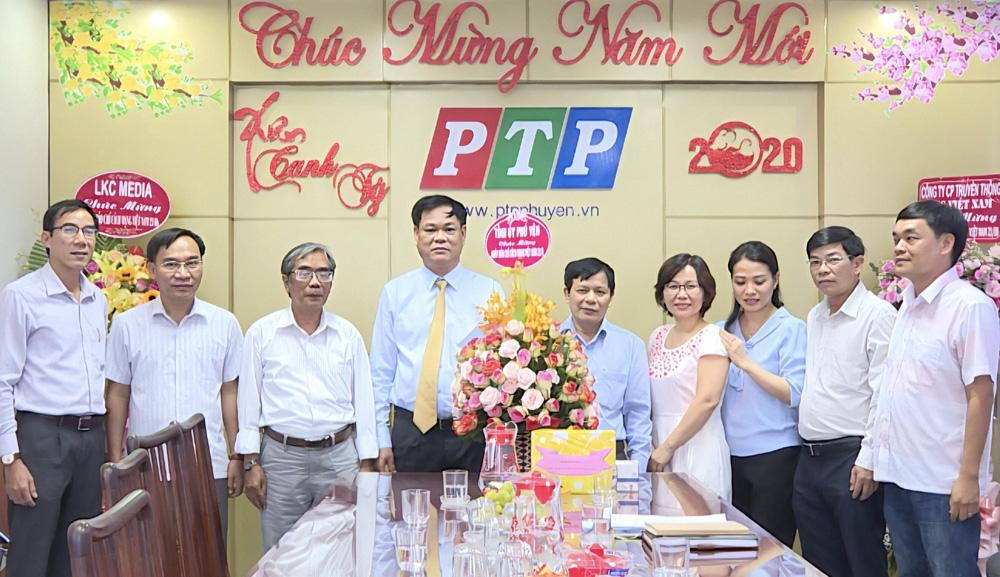 Bí thư Tỉnh ủy Huỳnh Tấn Việt tặng hoa chúc mừng Đài Phát thanh và Truyền hình Phú Yên - Ảnh: HÀ MY