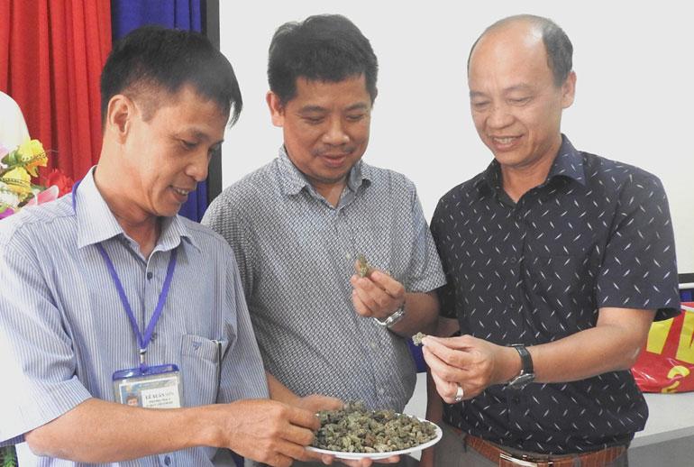 TS Lê Xuân Sơn (bìa trái) giới thiệu sỏi từ rác thải nhựa ứng dụng trong lĩnh vực xây dựng đến đại diện WWF. Ảnh: THÁI HÀ