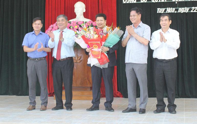 Các đồng chí lãnh đạo trao quyết định, tặng hoa chúc mừng ông Cao Đình Huy. Ảnh: NHƯ THANH