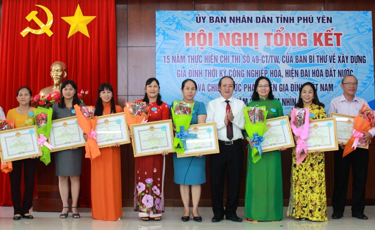 Phó Chủ tịch UBND tỉnh Phan Đình Phùng trao bằng khen cho 13 cá nhân tại hội nghị. Ảnh: THIÊN LÝ