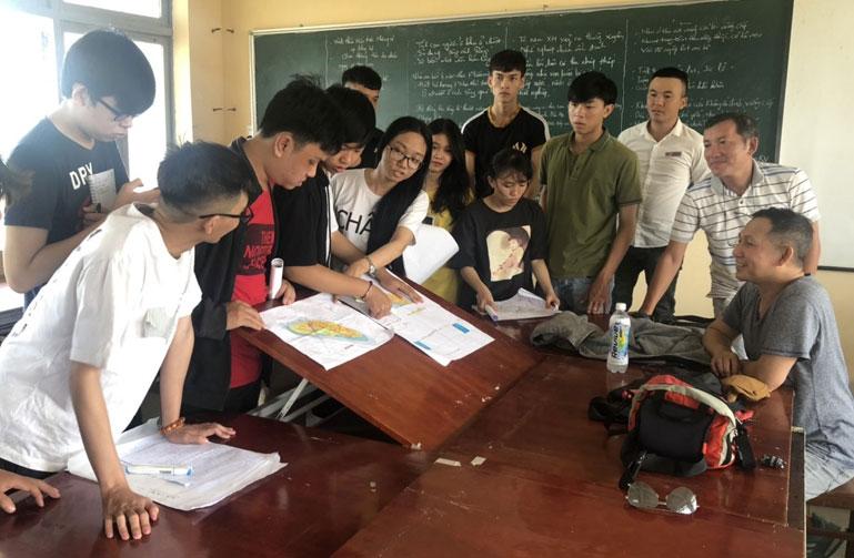 Sinh viên thảo luận về kết quả đợt khảo sát thực tế tại TP Tuy Hòa. Ảnh: LÊ AN