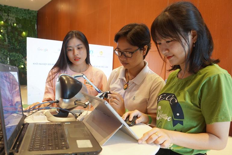 Các bạn trẻ của Phú Yên xem triển lãm về trí tuệ nhân tạo của VietAI tại hội thảo. Ảnh: HÀ MY