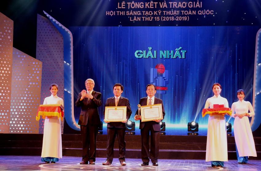 Chủ tịch Liên hiệp các Hội Khoa học và Kỹ thuật Việt Nam Đặng Vũ Minh trao giải Nhất cho các tác giả đoạt giải