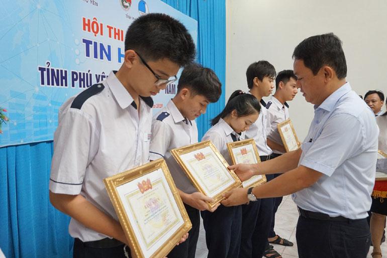 Bí thư Tỉnh đoàn Phan Xuân Hạnh trao bằng khen cho các thí sinh đạt giải tại Hội thi Tin học trẻ tỉnh năm 2020. Ảnh: KHÁNH HÀ