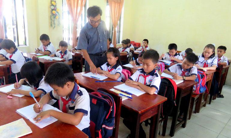 Thầy trò Trường tiểu học Hòa Thắng 2 dạy và học trong ngôi trường sáp nhập vừa đạt chuẩn quốc gia. Ảnh: KHÁNH HÀ