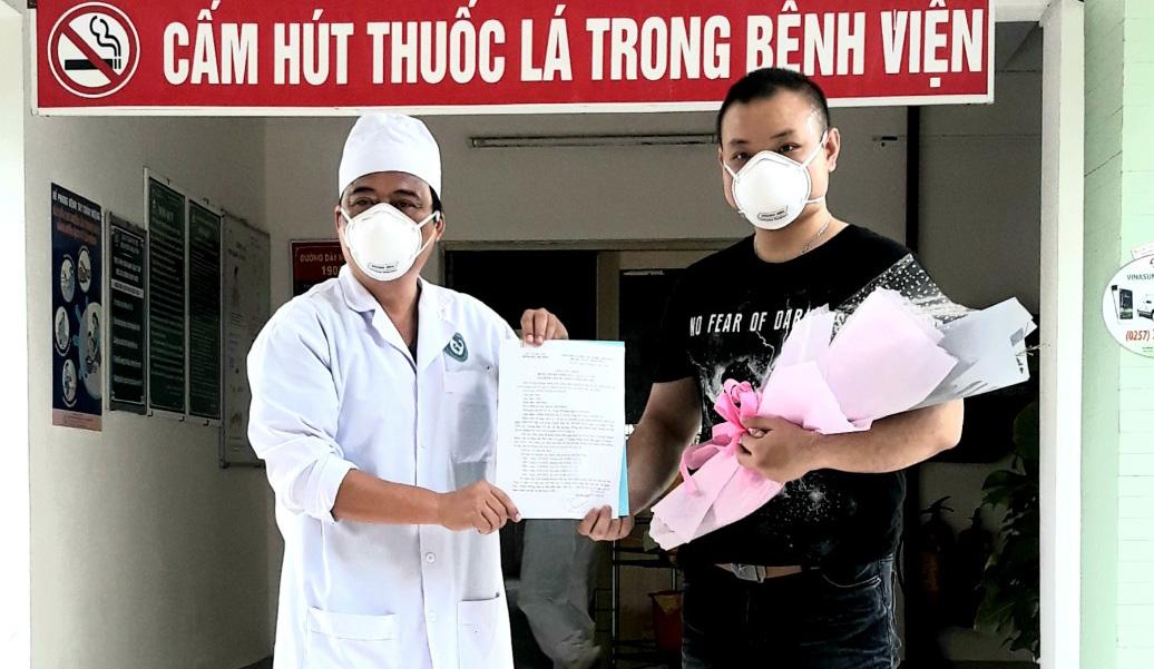 Bệnh nhân 1062 được công bố khỏi bệnh và xuất viện. Ảnh: CTV