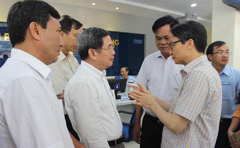 Phó Thủ tướng Vũ Đức Đam trao đổi với giám đốc các sở, ngành tỉnh Phú Yên về việc đẩy mạnh cải cách hành chính, phục vụ tốt hơn cho người dân. Ảnh: KHÁNH HÀ