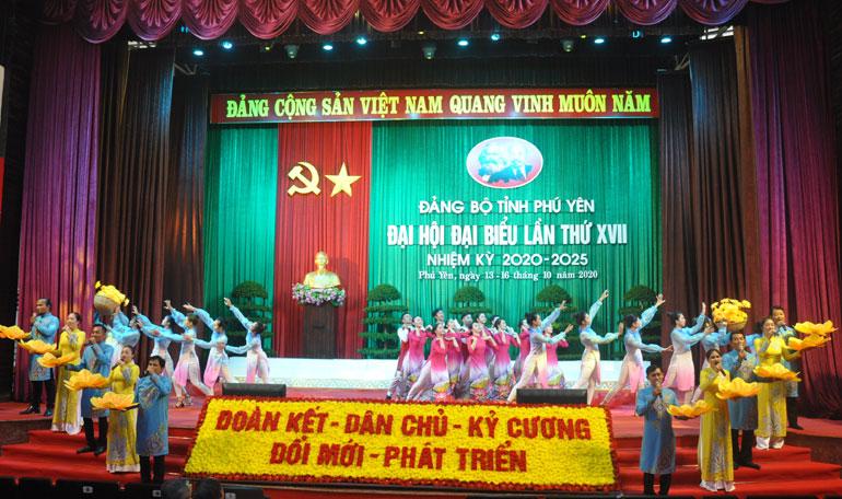 Một tiết mục nghệ thuật chào mừng Đại hội đại biểu Đảng bộ tỉnh lần thứ XVII. Ảnh: MINH NGUYỆT