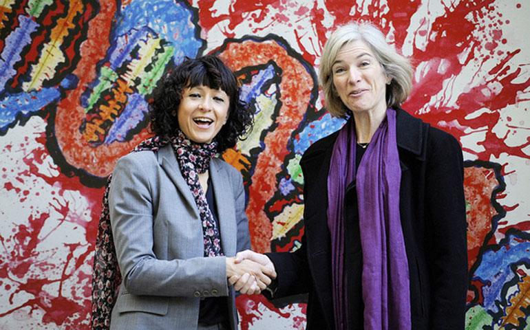 Bà Emmanuelle Charpentier (trái) và bà Jennifer Doudna chụp ảnh lưu niệm khi cùng tham dự một sự kiện tại công viên ở Oviedo, Tây Ban Nha ngày 21/10/2015 - Ảnh: Reuters