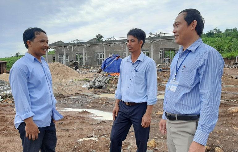 Ông La Lang Tiến (bìa trái) cùng lãnh đạo xã thường xuyên theo dõi việc xây dựng trường học trên mảnh đất gia đình ông đã tặng. Ảnh: TUYẾT HƯƠNG