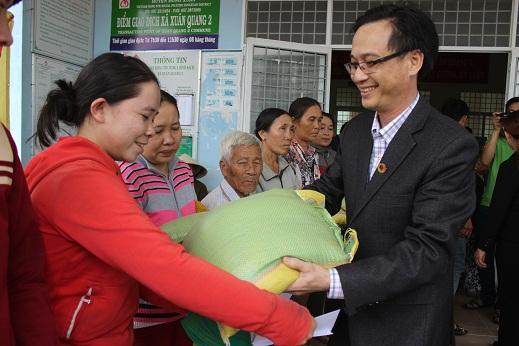 Lãnh đạo Hội Châm cứu Tỉnh tặng quà cho các hộ gia đình khó khăn