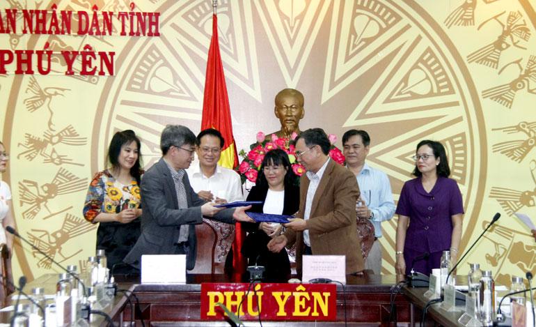 Lãnh đạo huyện Tây Hòa và đại diện Công ty CP Gyeonggi-do (Hàn Quốc) ký kết ghi nhớ hợp tác phát triển kinh tế - xã hội. Ảnh: TRẦN QUỚI