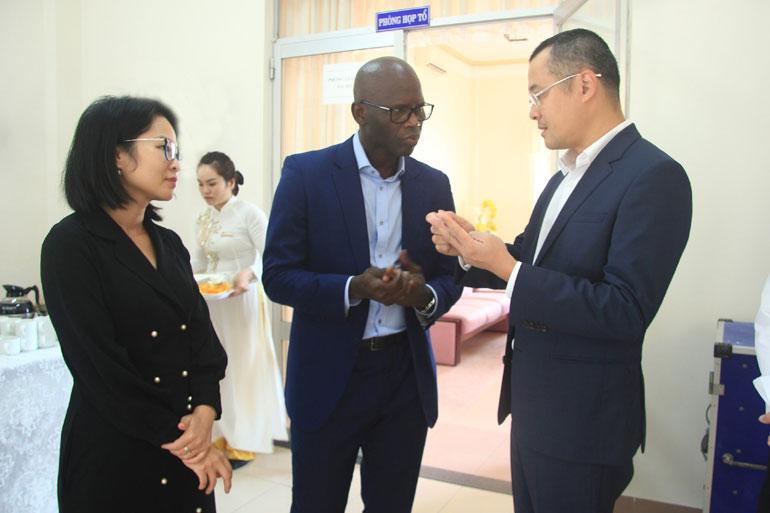 Bí thư Tỉnh ủy Phạm Đại Dương (phải) trao đổi với đại diện WB tại Việt Nam về định hướng phát triển kinh tế - xã hội của tỉnh. Ảnh: LÊ HẢO