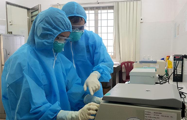 Nhân viên y tế xét nghiệm sàng lọc COVID-19 tại Khoa Hóa sinh - Vi sinh, Bệnh viện Đa khoa Phú Yên. Ảnh: YÊN LAN