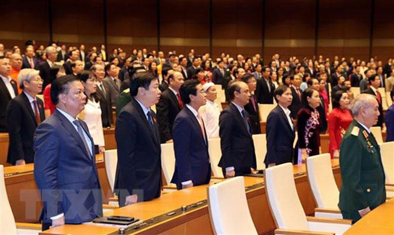 Các đại biểu thực hiện nghi lễ chào cờ tại một phiên họp. Ảnh: TTXVN