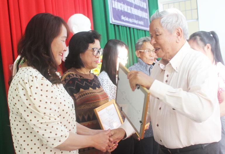 Ông Lê Văn Hữu, Chủ tịch Hội Khuyến học tỉnh trao giấy khen cho các gia đình hiếu học huyện Đồng Xuân. Ảnh: KIM LIÊN