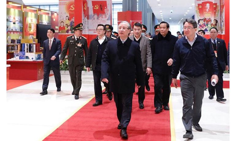Ủy viên Bộ Chính trị, Thường trực Ban Bí thư Trần Quốc Vượng kiểm tra công tác chuẩn bị tại Trung tâm Hội nghị Quốc gia. Ảnh: TTXVN