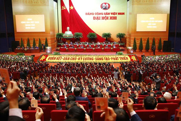 Các đại biểu biểu quyết thông qua chương trình Đại hội. Ảnh: TTXVN