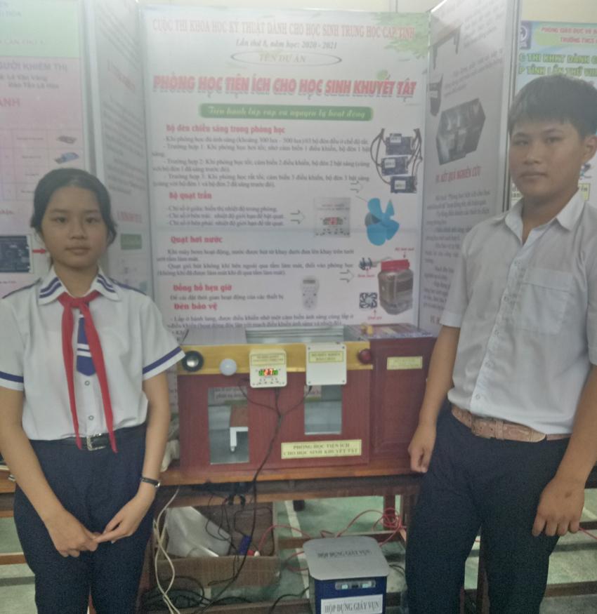Học sinh Trương Tú Quyên và Trần Chánh Tín bên sản phẩm sáng tạo của mình