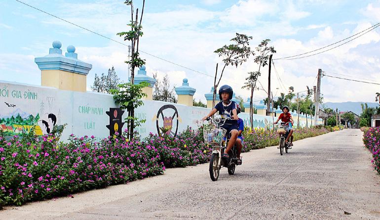 Tuyến đường hoa tươi mát, xanh, sạch, đẹp trong phong trào xây dựng NTM ở huyện Tây Hòa. Ảnh:THIÊN LÝ