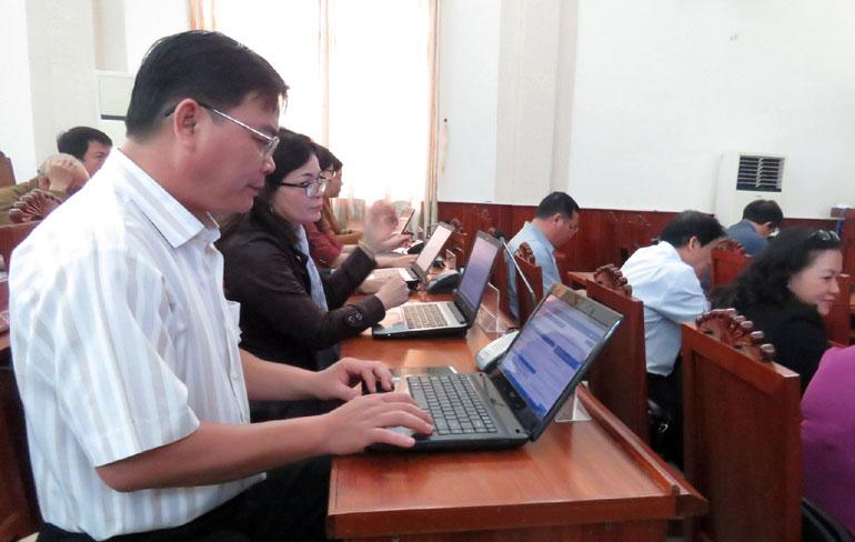 HĐND tỉnh ứng dụng công nghệ thông tin trong các kỳ họp. Ảnh: THÙY THẢO