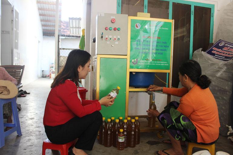 Mô hình sản xuất nước rửa chén sinh học tại xã Bình Ngọc (TP Tuy Hòa). Ảnh: VĂN TÀI