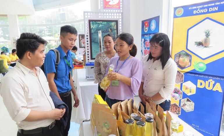 Sản phẩm khóm Đồng Din được giới thiệu tại một ngày hội Khởi nghiệp đổi mới sáng tạo khu vực miền Trung - Tây Nguyên. Ảnh: THÚY HẰNG