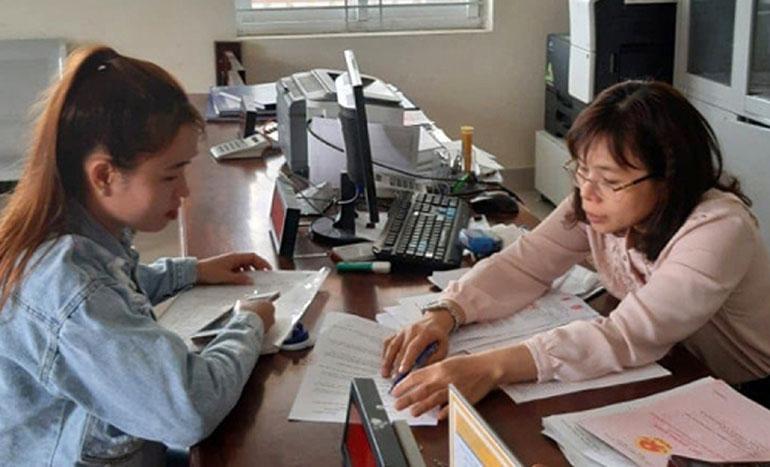 Công chức huyện Sông Hinh hướng dẫn công dân thực hiện thủ tục hành chính. Ảnh: NGỌC L