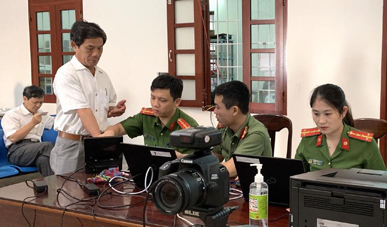 Làm thủ tục cấp căn cước công dân tại Phòng Cảnh sát quản lý hành chính về trật tự xã hội. Ảnh: HOA SIÊM
