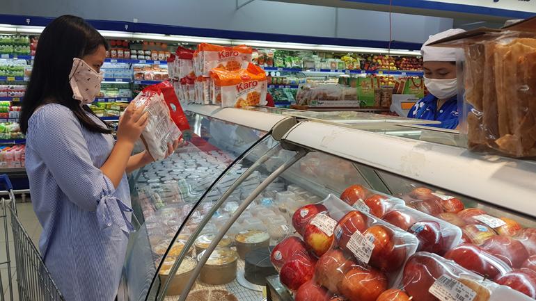 Khi đến nơi công cộng, nơi có đông người, phải bảo vệ mình bằng khẩu trang - khử khuẩn - khoảng cách. Trong ảnh: Người dân đi mua sắm tại siêu thị Co.opmart Tuy Hòa. Ảnh: YÊN LAN
