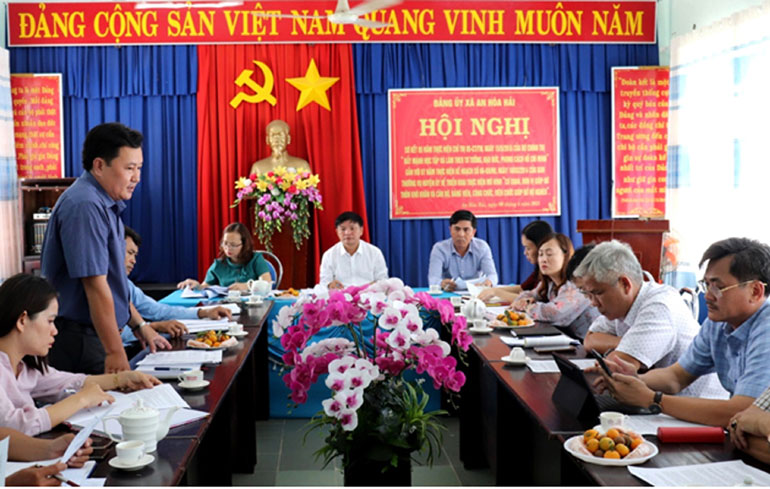 Đoàn công tác của UBBC tỉnh kiểm tra công tác chuẩn bị bầu cử tại xã An Hòa Hải (huyện Tuy An). Ảnh: MỸ THẢO