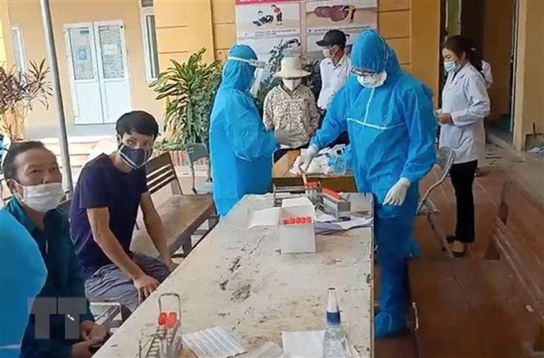 Người dân thôn Hoàng Xá (Hưng Yên) chờ lấy mẫu xét nghiệm - Ảnh: TTXVN