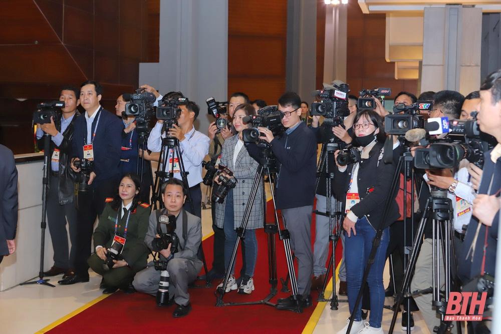 Các phóng viên, nhà báo tác nghiệp tại Đại hội XIII của Đảng