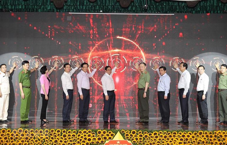 Thủ tướng Chính phủ Phạm Minh Chính và các đại biểu thực hiện Lễ công bố vận hành chính thức 2 hệ thống từ ngày 1/7/2021. Ảnh: TTXVN