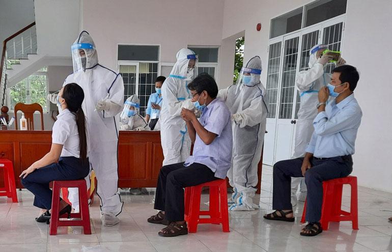 Bên cạnh chủ động phòng, chống dịch COVID-19, người dân cần lưu ý đến một số bệnh không lây nhiễm nhưng rất nguy hiểm. Trong ảnh: Nhân viên y tế lấy mẫu xét nghiệm COVID-19 cho trường hợp ở huyệ