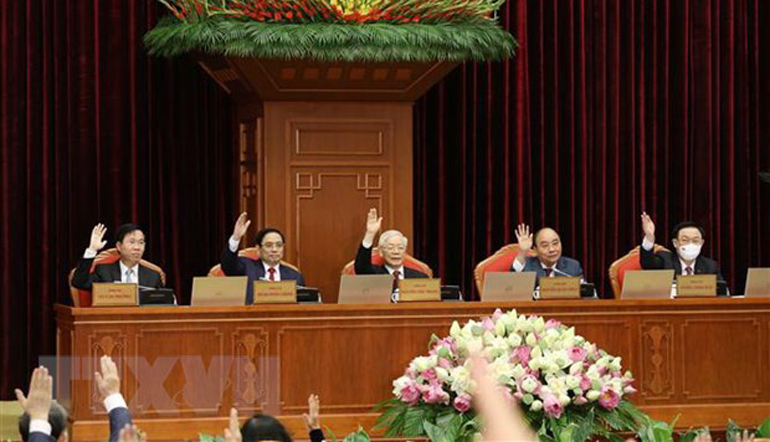 Các đồng chí lãnh đạo Đảng, Nhà nước biểu quyết thông qua chương trình Hội nghị lần thứ ba Ban Chấp hành Trung ương Đảng Cộng sản Việt Nam khóa XIII. Ảnh: TTXVN