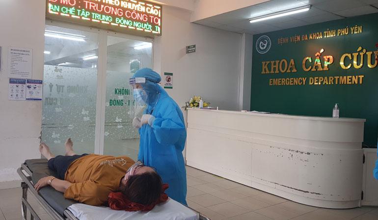 Nhân viên y tế Khoa Cấp cứu, Bệnh viện Đa khoa Phú Yên thăm khám một bệnh nhân vừa được đưa vào cấp cứu. Ảnh: YÊN LAN