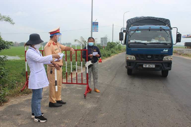 Lực lượng liên ngành của tỉnh kiểm tra lịch trình di chuyển của người và phương tiện tham gia giao thông, phục vụ công tác phòng chống dịch COVID-19. Ảnh: NHƯ THANH