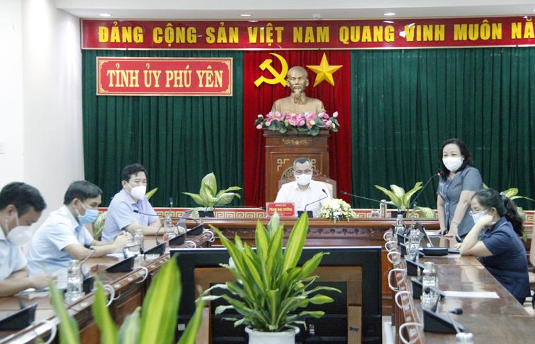 Các đồng chí lãnh đạo tỉnh tại điểm cầu Tỉnh ủy trong buổi giao lưu trực tuyến với các y bác sĩ tuyến đầu phòng, chống dịch.