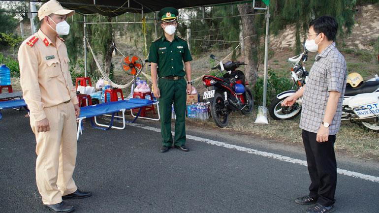 Đồng chí Huỳnh Lữ Tân (phải), Ủy viên Ban Thường vụ Tỉnh ủy, Bí thư Thành ủy Tuy Hòa thăm, kiểm tra chốt kiểm soát dịch tại xã An Phú. Ảnh: THANH HUY