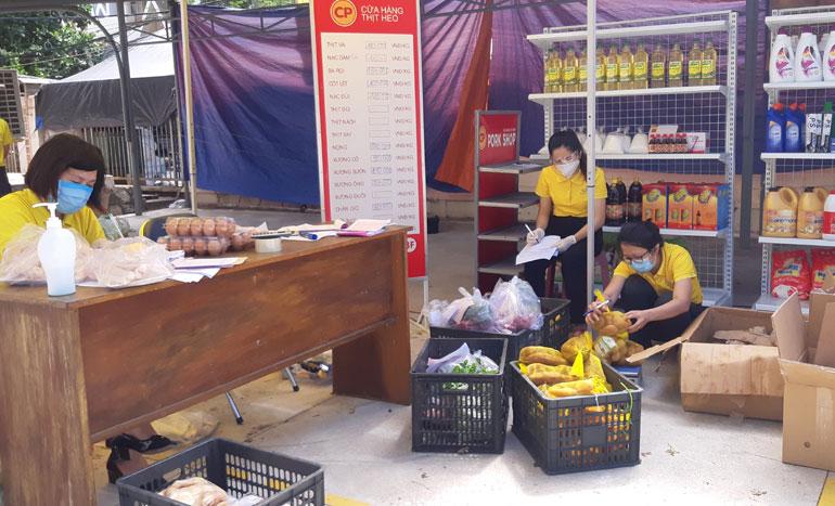 Nhân viên Bưu điện tỉnh chuẩn bị hàng hóa, thực phẩm theo đơn trước khi giao đến nhà người dân. Ảnh: KHANG ANH
