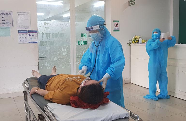 Nhân viên Khoa Cấp cứu, Bệnh viện Đa khoa Phú Yên tiếp nhận và sàng lọc một trường hợp cấp cứu. ẢNH: YÊN LAN
