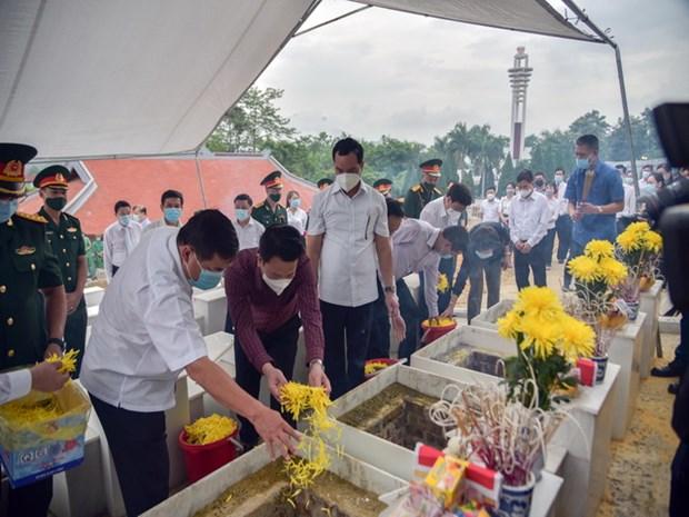 Thắp hương tưởng niệm tại nghĩa trang liệt sỹ Quốc gia Vi Xuyên, Hà Giang. (Ảnh: Lê Hoàn/Vietnam+)